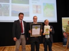 Überreichung Urkunde an Michael Aufmhof (Geschäftsführer Touristik GmbH Medebach) durch Dr. Hans-Ulrich Rauchfuß rechts (Präsidenten des Deutschen Wanderverbandes) und Olaf Schlieper (DZT)