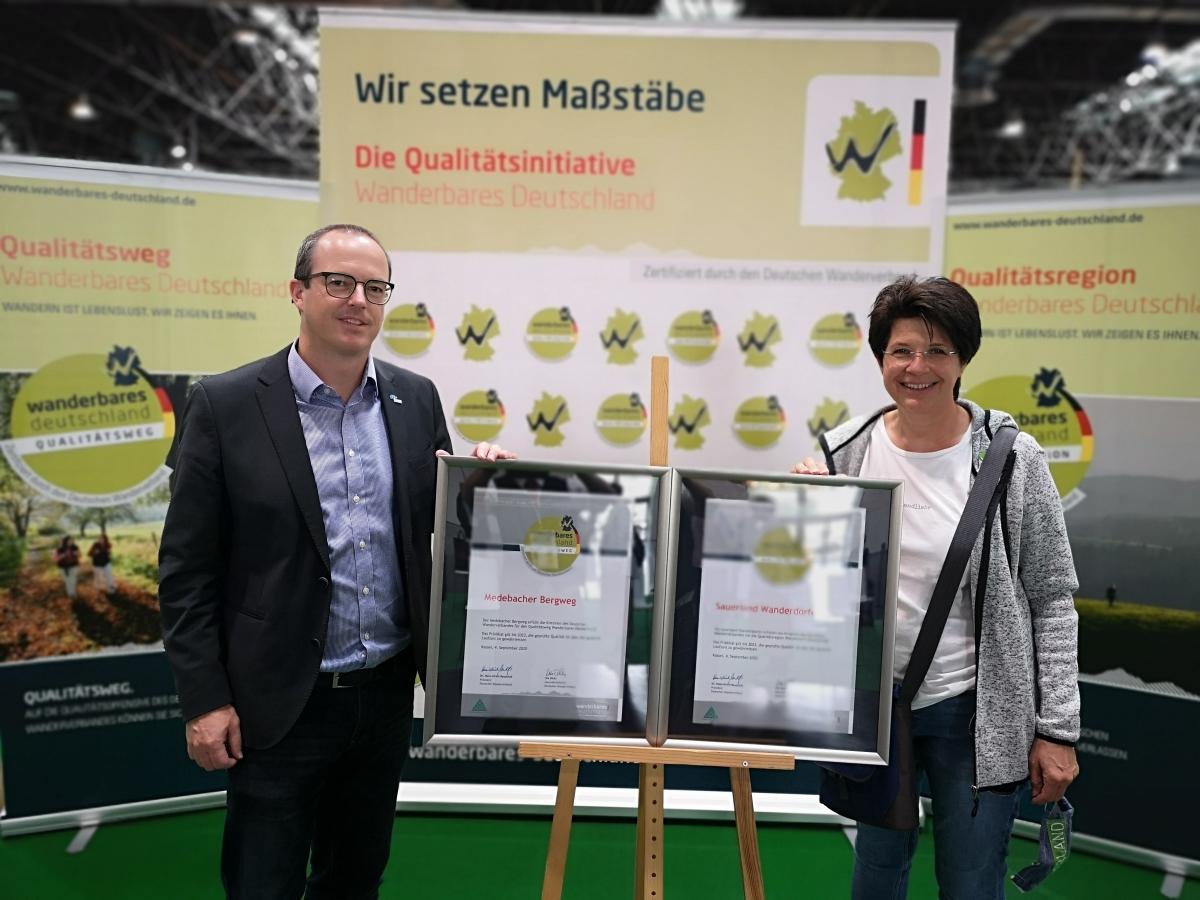 Offizielle Verleihung der Urkunden auf der TourNatur 2020 in Düsseldorf (Michael Aufmhof, Touristik Medebach und Sabine Risse, Sauerland Wanderdörfer)