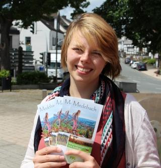 Theresa Wiegand präsentiert den neuen Flyer